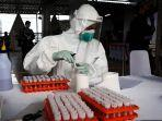 petugas-medis-dari-labkesda-jawa-barat-melakukan-tes-swab-2742020.jpg
