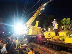 petugas-melakukan-evakuasi-kereta-anjlok-di-kebon-pedes-kota-bogor-minggu-1032019-malam.jpg