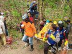 petugas-saat-mengevakuasi-jasad-pria-tanpa-busana-di-tengah-hutan.jpg