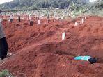 petugas-tpu-menyiapkan-sejumlah-lubang-kuburan.jpg