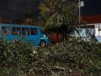 pohon-tumbang-di-terminal-laladon-ciomas-bogor-kamis-422021.jpg