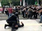 polisi-diduga-membanting-satu-peserta-aksi-di-tigaraksa.jpg