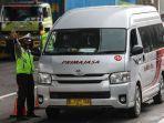 polisi-menghalau-mobil-bus-yang-membawa-penumpang-di-jalan-tol-jakarta-cikampek.jpg