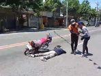 pria-terbaring-di-jalanan-karena-kecelakaan-yang-buat-sang-pacar-menangis_20181001_073812.jpg