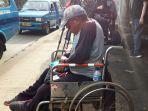 sambut-ahok-naik-kursi-roda.jpg