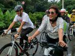 sandiaga-uno-dan-susi-pudjiasturi-bersepeda-berkeliling-kawasan-danau-sunter-minggu-25022018_20180225_075901.jpg