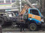 sebuah-mobil-truk-pengangkut-sampah-mengalami-kecelakaan.jpg