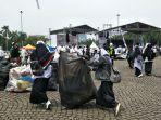 sejumlah-peserta-reuni-212-berinisiatif-mengumpulkan-sampah-di-kawasan-monas-jakarta-pusat.jpg