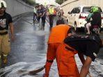 sejumlah-petugas-damkar-sedang-membersihkan-jalanan-di-underpass-senen.jpg