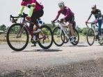 sekelompok-pemuda-bersepeda-bersama.jpg