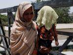 seorang-ibu-memegang-anaknya-saat-gelombang-panas-di-karachi-pakistan_20180524_165142.jpg