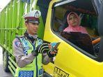 seorang-ibu-mengendarai-truk_20180123_111745.jpg