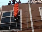 seorang-pekerja-kuli-bangunan-tewas-diduga-tersengat.jpg