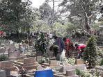 tempat-pemakaman-umum-tpu-didatangi-peziarah-minggu-1142021.jpg