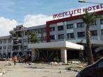 tim-basarnas-ri-evakuasi-satu-korban-meninggal-di-hotel-mercuregempa-palu_20181003_194858.jpg
