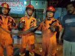tim-rescue-damkar-kabupaten-bogor-saat-berhasil-mengamankan-ular-kobra-dari-rumah-warga.jpg
