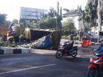 truk-sampah-terguling.jpg