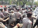 unjuk-rasa-demo-mahasiswa-di-depan-gerbang-kantor-bupati-bogor.jpg