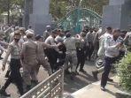 unjuk-rasa-mahasiswa-di-depan-gerbang-kantor-bupati-bogor.jpg