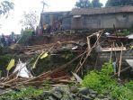 warga-melihat-kondisi-rumah-yang-tertimbun-longsor-di-desa-sukamakmur.jpg