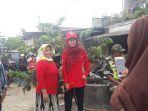 warga-meminta-seorang-reporter-untuk-berswafoto-bersama-di-cicalengka_20180412_224355.jpg