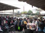 warga-menumpuk-disebelum-pintu-masuk-ke-area-stasiun.jpg