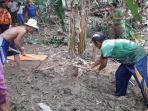 warga-saat-menggali-lokasi-penemuan-mayat-diduga-korban-banjir-di-jasinga.jpg