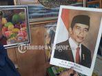 widodo-ketika-memperlihatkan-foto-presiden-jokowi-saat-priode-pertama.jpg