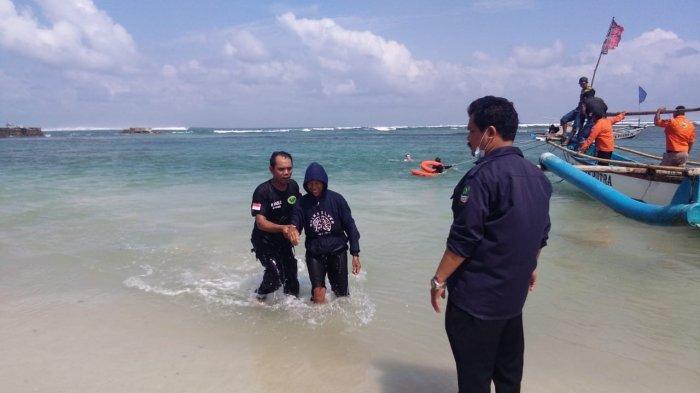 11 Wisatawan Terjebak 6 Jam di Batu Karang Pantai Ujung Genteng Sukabumi akibat Gelombang Tinggi