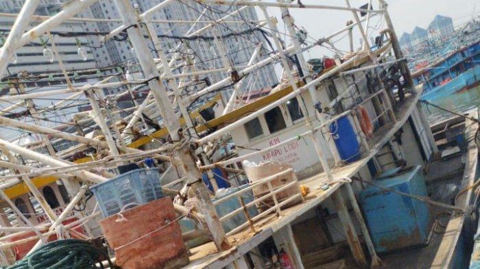 Perahu KM Krapu Lodi 60 gross ton (GT) yang digunakan para nelayan asal Kabupaten Indramayu yang terimbang ambing di tengah cuaca buruk