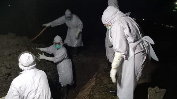 Tim pemulasaraan jenazah Covid-19 Kabupaten Indramayu saat menjalani tugas memakamkan jenazah.