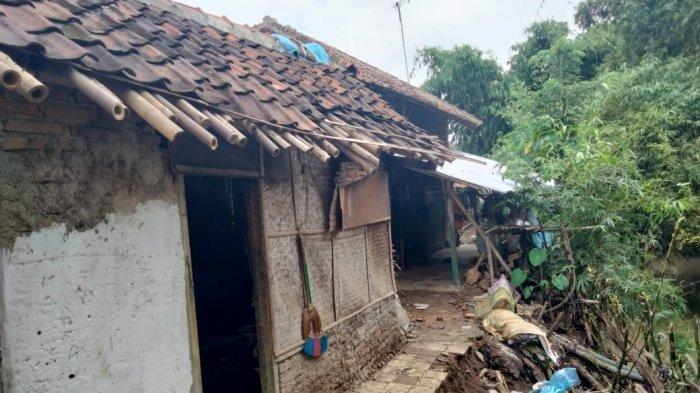 Abrasi di Sungai Cikadongdong, Satu Rumah di Panjalin Majalengka Nyaris Ambruk