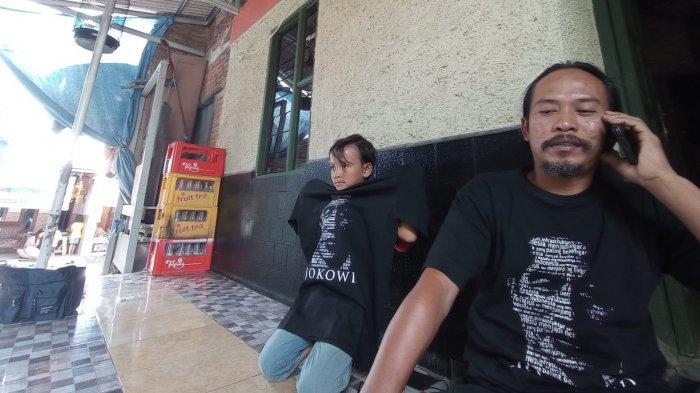 Ngefans Jokowi, Kuli Bangunan di Kota Cirebon Rela Nyebur ke Saluran Air Ambil Kaos Gambar Jokowi