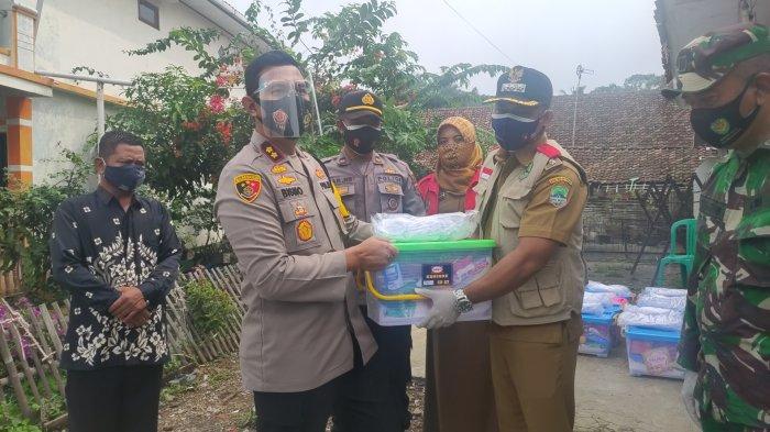 Banyak Warga Terpapar Covid-19 di Desa Sadasari Majalengka, Polres Majalengka Bagikan Sembako