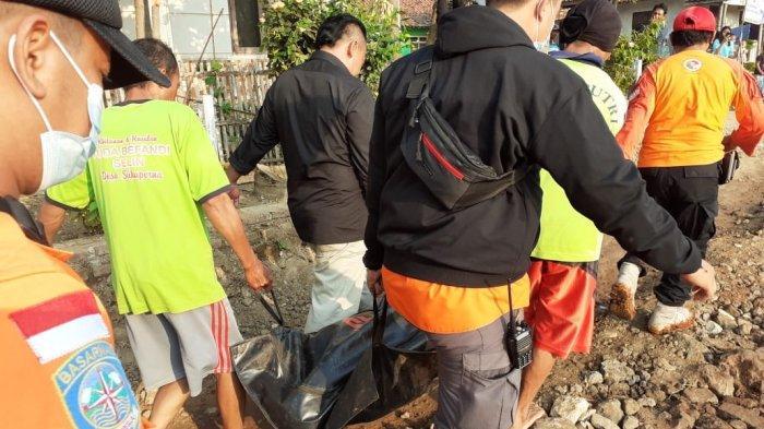 Tim SAR Gabungan saat berhasil menemukan jenazah Sanita (50) yang tenggelam di Sungai Cipelang Indramayu, Selasa (27/4/2021).