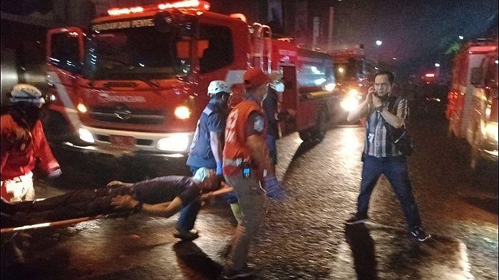 BEC BANDUNG Kebakaran, Pengunjung dan Pemilik Tenant Berhamburan Keluar, Petugas Keamanan Ditandu