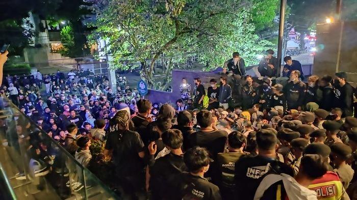 Aksi Ratusan Bobotoh di Graha Persib Masih Bertahan hingga Minggu Malam Ini