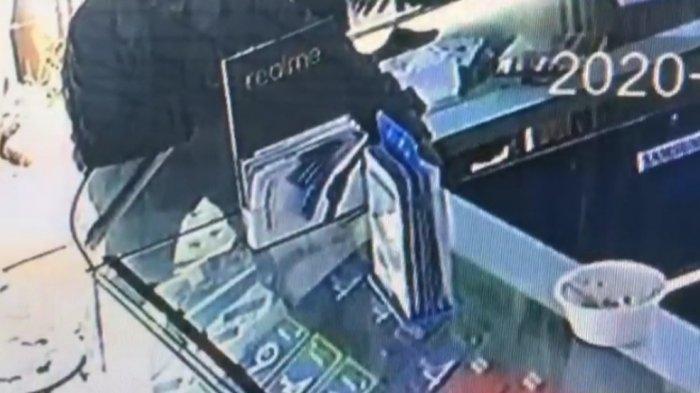 Perempuan Pakai Baju Serba Hitam di Rajamandala Terekam CCTV Nyolong Handphone