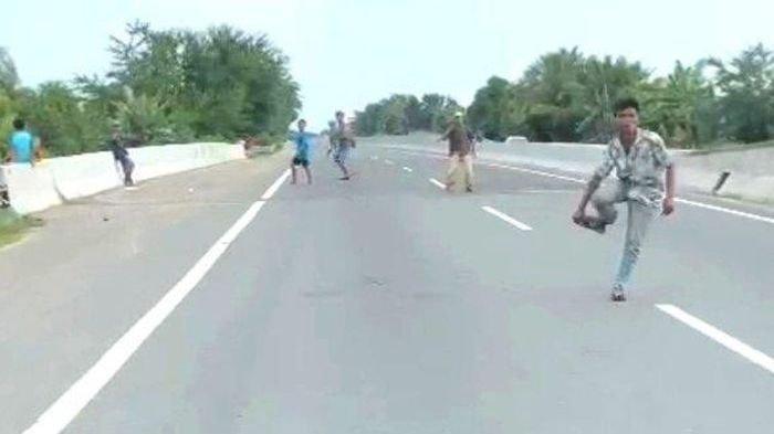 Takut Euy! Preman Masuk Tol Memalak Mobil Lewat di Tengah Jalan, Jika Tak Beri Uang, Dilempar Batu