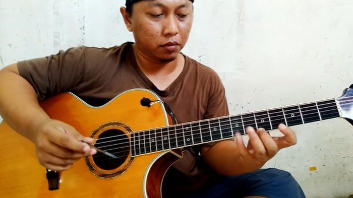 Tutorial Memainkan Gitar dengan Cara Digesek Ala Alip Ba Ta, Ternyata Pakai Alat Ini & Bikin Tertawa