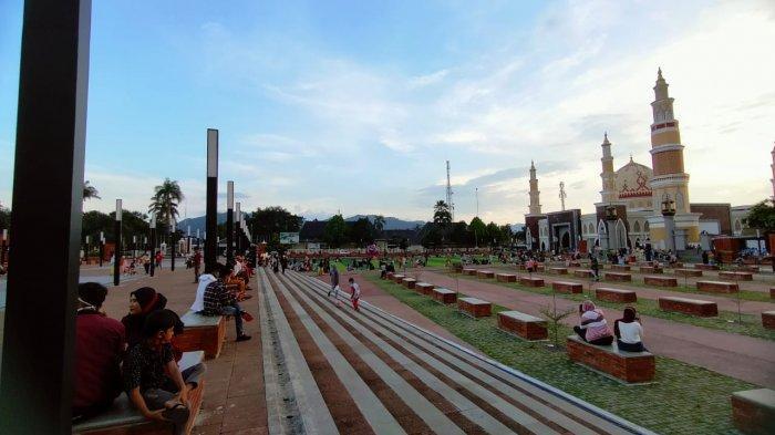 Suasana Alun-alun Majalengka dipadati warga, menjadi lokasi favorit ngabuburit warga selama Ramadan 1442 H.