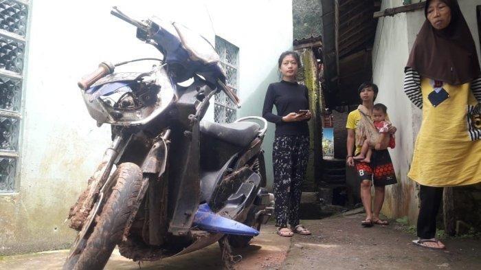 Kisah Duka Istri Almarhum Korban Banjir Bandang Sumedang, Amanah Sedih Saat Pandangi Motor Suaminya