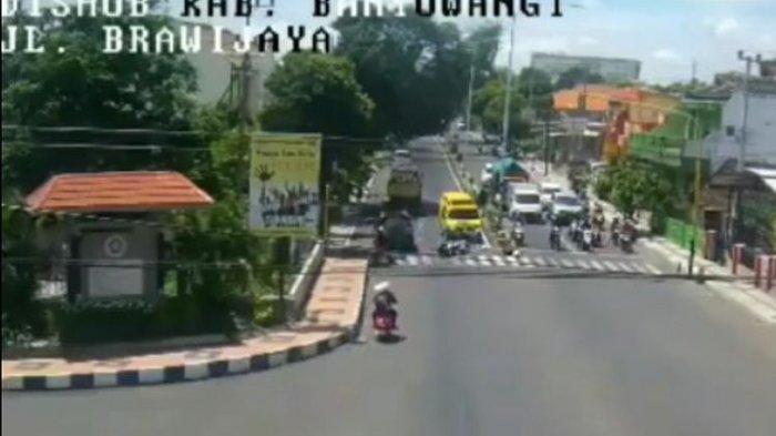 VIRAL VIDEO Ambulans Bawa Pasien Corona, Melawan Arus lalu Hantam Motor yang Dikendarai Polisi