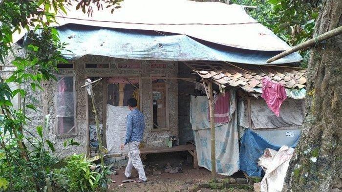 Aminah Janda Miskin, Tinggal di Rumah Butut, Atap Rumah Cuma Ditutup Terpal, Butuh Bantuan Dermawan