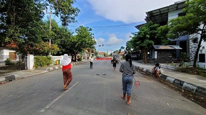 Anak-anak Bermain Bulu Tangis di Tengah Jalan Yos Sudarso Indramayu, Manfaatkan Penyekatan Jalan