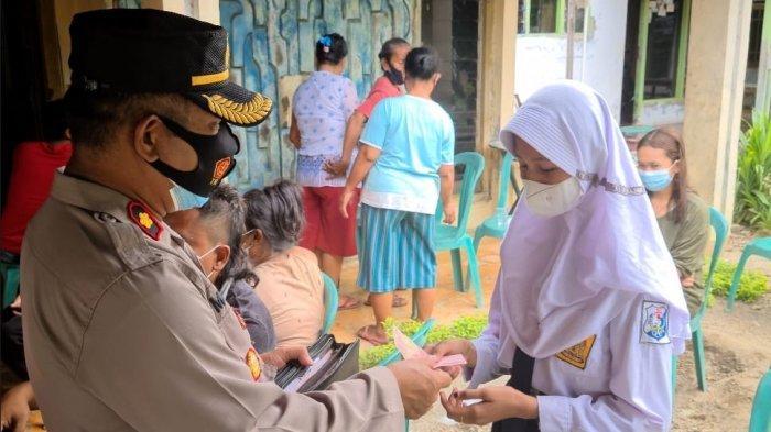 Anak Yatim di Indramayu Ini Kaget Tiba-tiba Didatangi Polisi Saat Vaksin, Ternyata Diberi Santunan