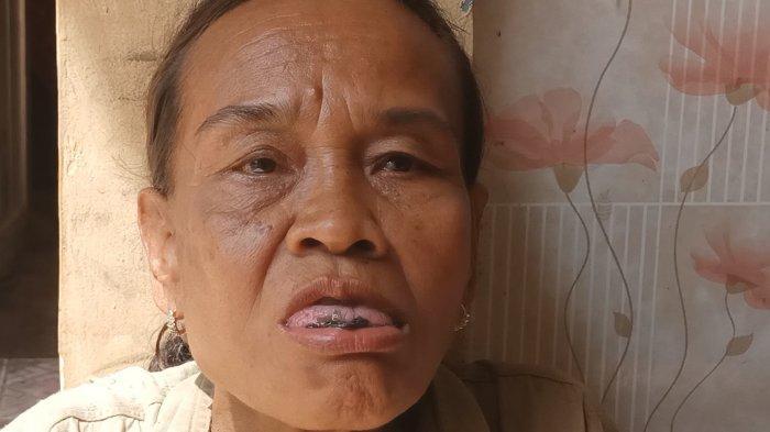 Nenti (50), pemulung asal Cirebon yang tinggal di Desa Dadap, Kecamatan Juntinyuat, Kabupaten Indramayu saat memakan silet, Minggu (20/12/2020).