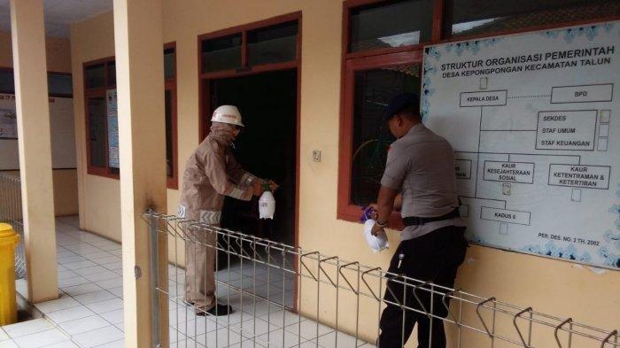 Anggota Batalyon C Pelopor Satbrimob Polda Jabar Semprot Disinfektan di Sejumlah Areal Publik