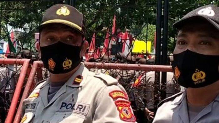 Demo Tolak UU Cipta Kerja di Indramayu Rusuh, Polisi Kena Lempar Batu, Dilarikan ke Puskesmas