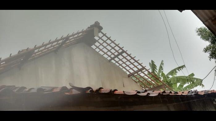 Angin Puting Beliung Sapu Pemukiman Warga di Indramayu, 3 Rumah Rusak Berat dan 15 Rusak Ringan